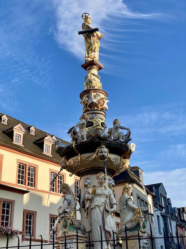 Trier Petrusbrunnen am Hauptmarkt Marktbrunnen Sehenswürdigkeiten