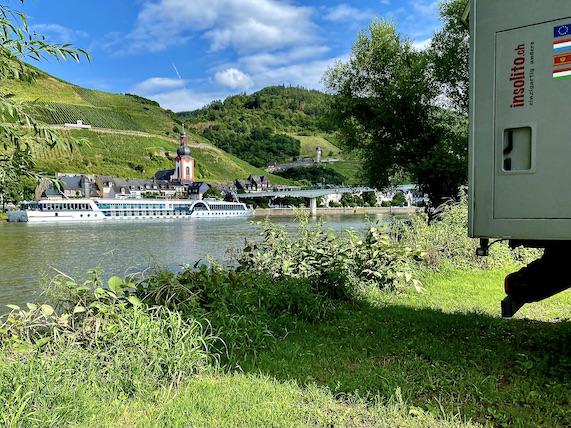 Wohnmobilstellplatz Kaimt:Zell an der Mosel für mole-on-tour an der Fußgängerbrücke Moselflußfahrt