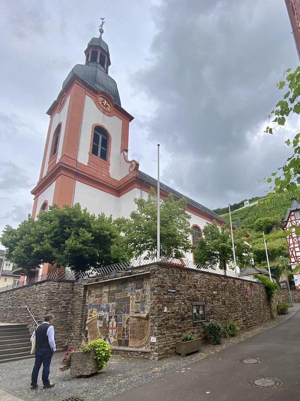 Zell-Mosel Kath.Pfarrkirche St.Peter Mosaik zur Stadtgeschichte an Kirchenmauer