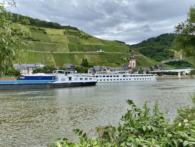 Zell an der Mosel Altstadt Sehenswürdigkeiten Weinlage Zeller Schwarze Katz Zell-Mosel Schiffe zur Mosel-Flußfahrt in Zell